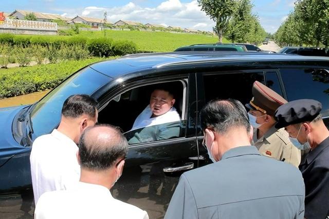 Soi chiếc SUV hạng sang ông Kim Jong-un lái đi thăm vùng lũ - 3