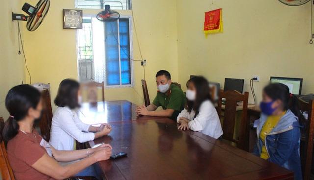 Giải cứu 2 thiếu nữ bị nhốt trong quán karaoke bắt phục vụ khách - 1