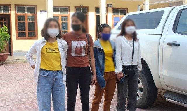 Giải cứu 2 thiếu nữ bị nhốt trong quán karaoke bắt phục vụ khách - 2