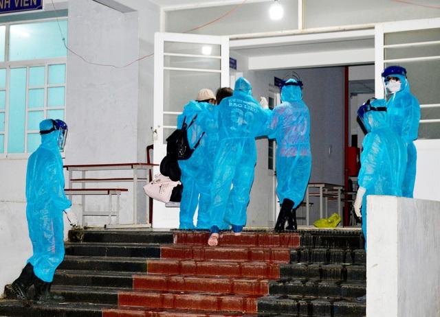 Đón 343 công dân Việt Nam trở về từ Hàn Quốc - 4