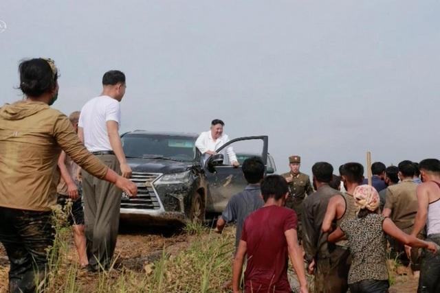Soi chiếc SUV hạng sang ông Kim Jong-un lái đi thăm vùng lũ - 1