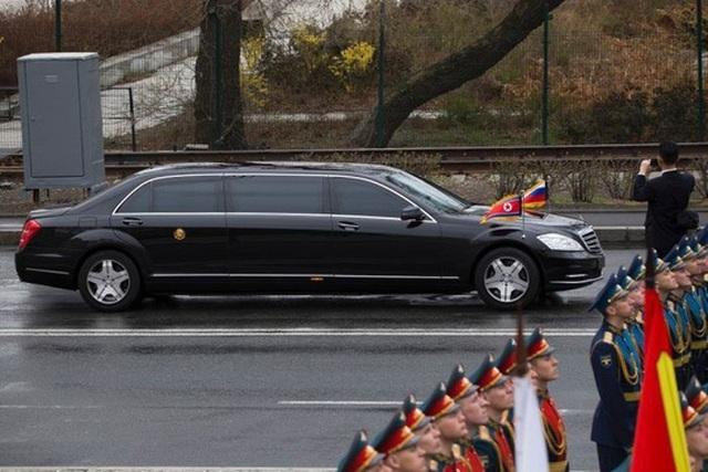 Soi chiếc SUV hạng sang ông Kim Jong-un lái đi thăm vùng lũ - 7