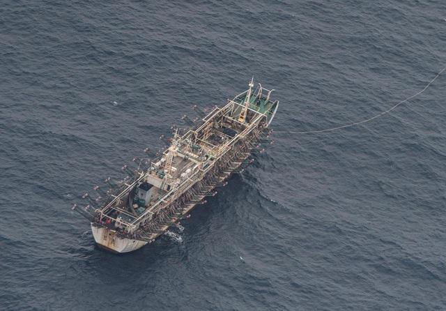 Hải quân Ecuador tăng cường giám sát đội tàu cá khổng lồ của Trung Quốc - 1