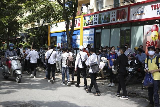 Hà Nội: Nhiều thí sinh ùa ra ôm người thân, lạc quan về bài thi tổ hợp - 10