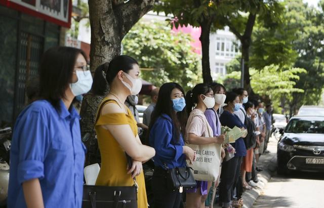 Hà Nội: Nhiều thí sinh ùa ra ôm người thân, lạc quan về bài thi tổ hợp - 8