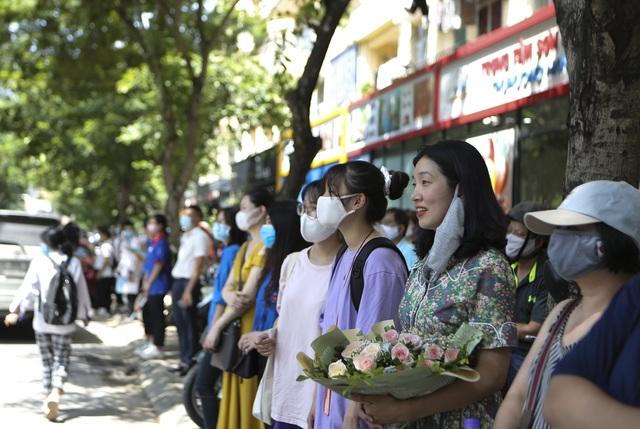 Hà Nội: Nhiều thí sinh ùa ra ôm người thân, lạc quan về bài thi tổ hợp - 9
