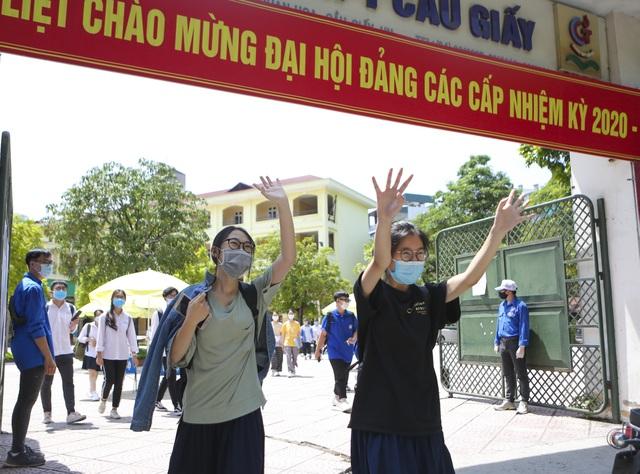 Hà Nội: Nhiều thí sinh ùa ra ôm người thân, lạc quan về bài thi tổ hợp - 2