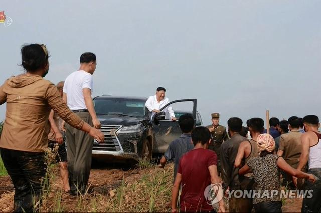 Ảnh hiếm ông Kim Jong-un lái xe thăm người dân vùng lũ - 1