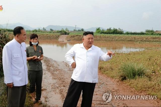 Ảnh hiếm ông Kim Jong-un lái xe thăm người dân vùng lũ - 3