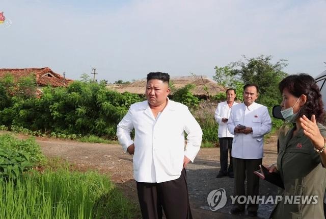 Ảnh hiếm ông Kim Jong-un lái xe thăm người dân vùng lũ - 2
