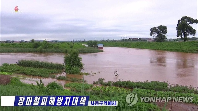 Ảnh hiếm ông Kim Jong-un lái xe thăm người dân vùng lũ - 4