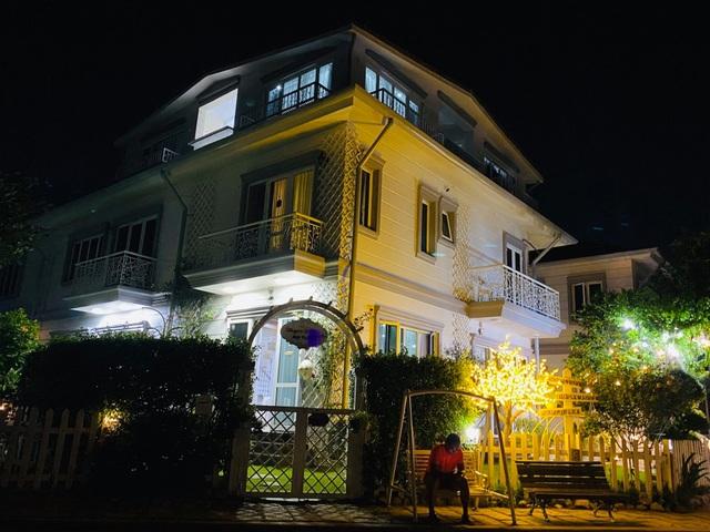 """Căn biệt thự có khu vườn """"hoa nở suốt 4 mùa"""" đẹp tuyệt ở Sài Gòn - 13"""