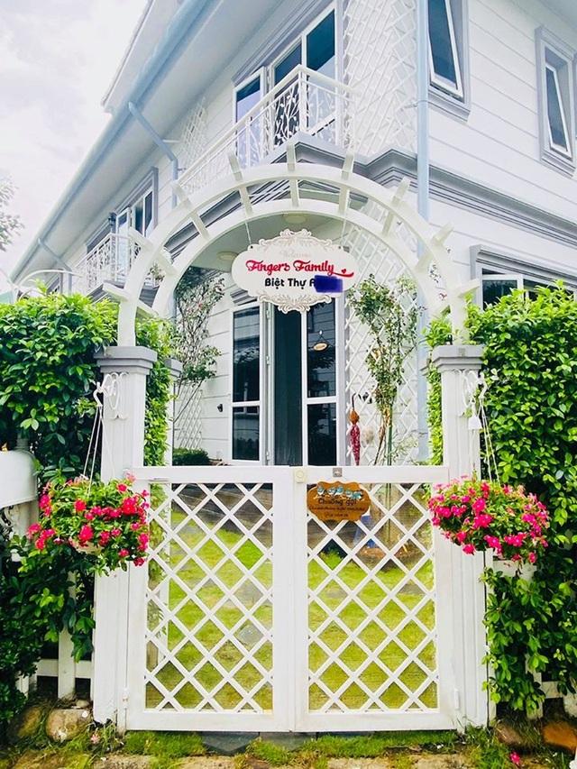 """Căn biệt thự có khu vườn """"hoa nở suốt 4 mùa"""" đẹp tuyệt ở Sài Gòn - 2"""