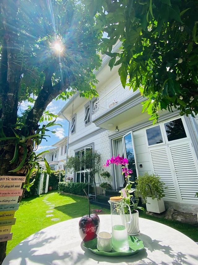 """Căn biệt thự có khu vườn """"hoa nở suốt 4 mùa"""" đẹp tuyệt ở Sài Gòn - 12"""