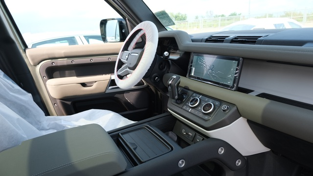Land Rover Defender thế hệ mới xuất hiện tại Việt Nam - 7