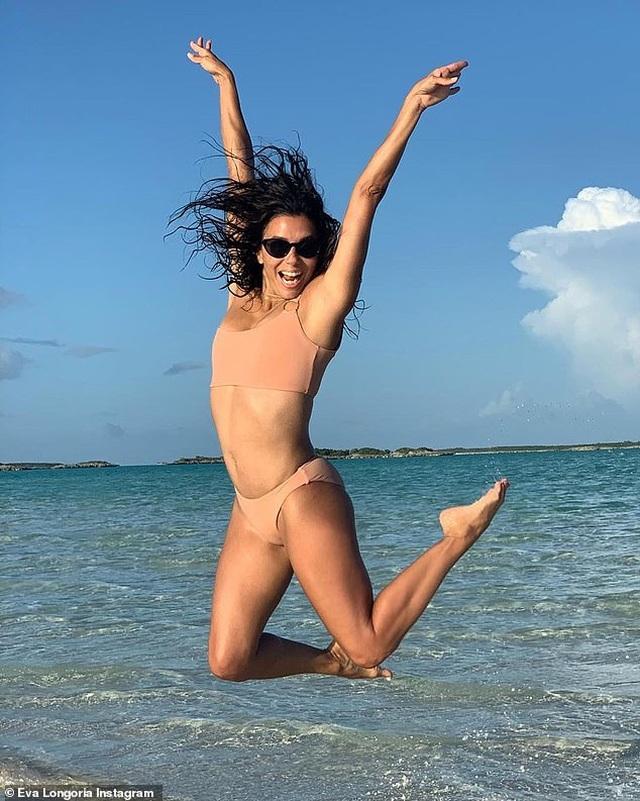 Demi Rose diện áo tắm sặc sỡ khoe thân hình đồng hồ cát - 8