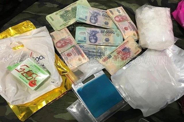 Bị vây bắt, đối tượng buôn bán ma túy lao thẳng xe vào công an - 3