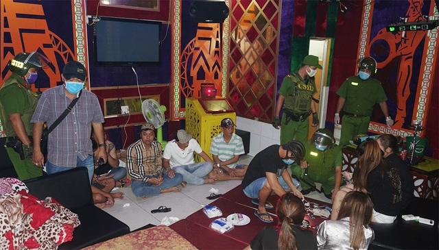 15 khách, quản lý và nhân viên quán karaoke dương tính với ma túy - 1