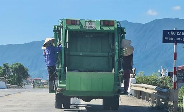"""Tước bằng lái tài xế để 4 công nhân thu gom rác """"đùa giỡn với thần chết"""" - 1"""
