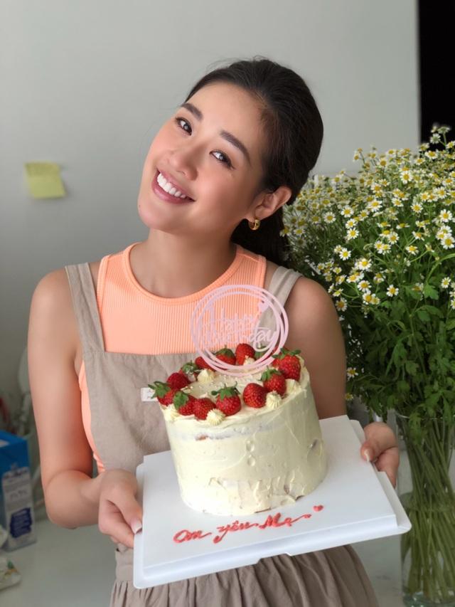 Hoa hậu Khánh Vân tự làm bánh sinh nhật mẹ vừa tình cảm, an toàn mùa dịch - 7