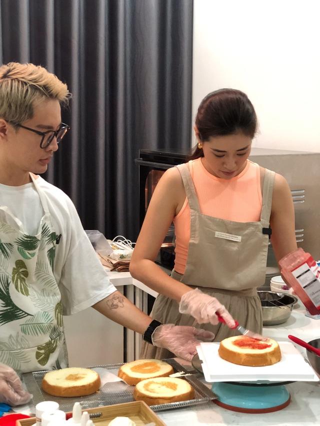 Hoa hậu Khánh Vân tự làm bánh sinh nhật mẹ vừa tình cảm, an toàn mùa dịch - 1