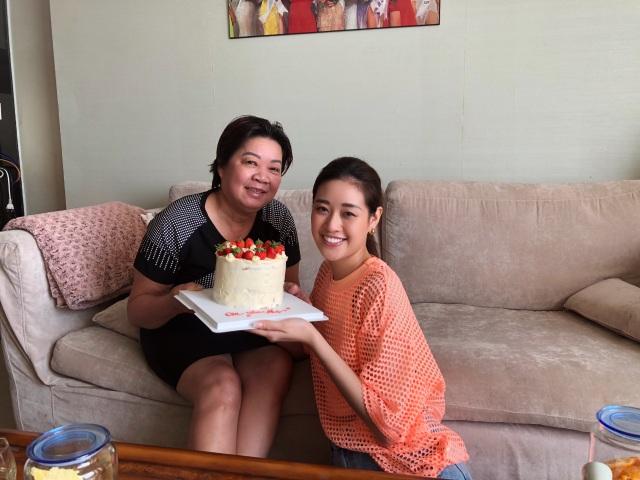 Hoa hậu Khánh Vân tự làm bánh sinh nhật mẹ vừa tình cảm, an toàn mùa dịch - 6