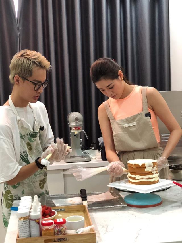 Hoa hậu Khánh Vân tự làm bánh sinh nhật mẹ vừa tình cảm, an toàn mùa dịch - 2