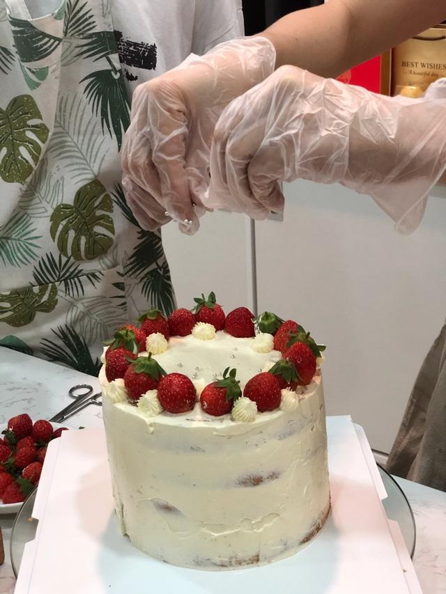 Hoa hậu Khánh Vân tự làm bánh sinh nhật mẹ vừa tình cảm, an toàn mùa dịch - 3