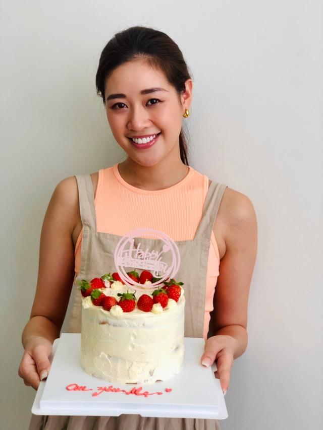 Hoa hậu Khánh Vân tự làm bánh sinh nhật mẹ vừa tình cảm, an toàn mùa dịch - 4