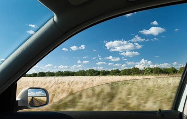 Vì sao không nên hạ kính cửa sổ khi xe đang chạy? - 2