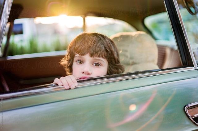 Vì sao không nên hạ kính cửa sổ khi xe đang chạy? - 1