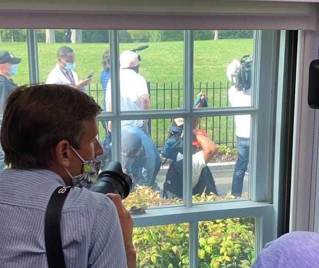 Ông Trump bỏ họp báo giữa chừng vì có nổ súng bên ngoài Nhà Trắng - 3