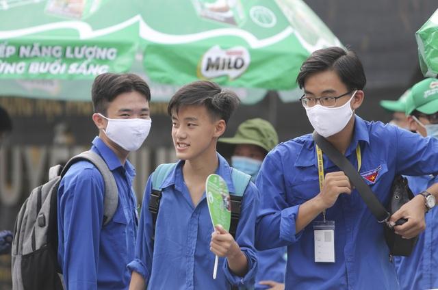 Thanh niên tình nguyện sát cánh cùng thí sinh thi tốt nghiệp THPT 2020 - 9