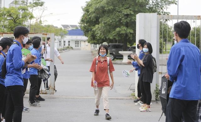 Thanh niên tình nguyện sát cánh cùng thí sinh thi tốt nghiệp THPT 2020 - 1