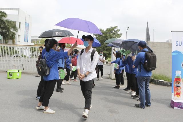 Thanh niên tình nguyện sát cánh cùng thí sinh thi tốt nghiệp THPT 2020 - 13