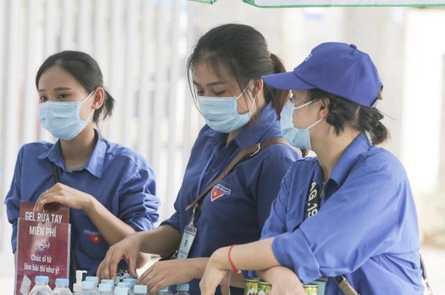 Thanh niên tình nguyện sát cánh cùng thí sinh thi tốt nghiệp THPT 2020 - 4