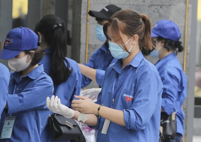 Thanh niên tình nguyện sát cánh cùng thí sinh thi tốt nghiệp THPT 2020 - 5