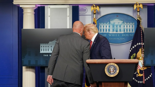 Ông Trump bỏ họp báo giữa chừng vì có nổ súng bên ngoài Nhà Trắng - 1