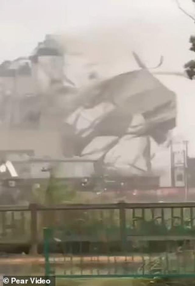 """Khoảnh khắc bão Mekkhala """"xé toạc"""" nhà máy ở Trung Quốc - 1"""