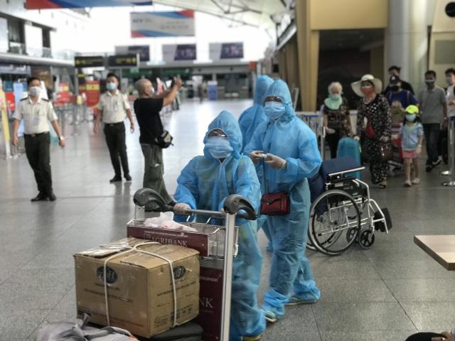 """Hình ảnh 400 khách Hà Nội đầu tiên được """"giải cứu"""" rời điểm nóng Đà Nẵng - 2"""