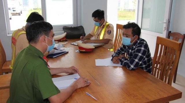 Tài xế ở Đà Nẵng chở khách ra đường tránh để trốn về quê - 1