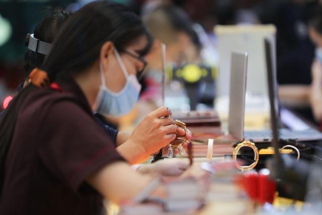 Giá vàng SJC bật tăng, cao hơn thế giới trên 2 triệu đồng/lượng - 1