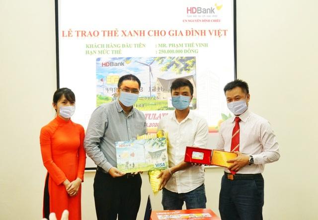 """HDBank trao """"Thẻ Xanh cho gia đình Việt"""" cho khách hàng đầu tiên - 1"""