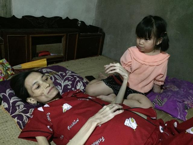 Đau đớn cảnh bé gái bịn rịn bên người mẹ thập tử nhất sinh - 3
