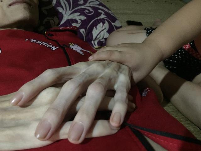 Đau đớn cảnh bé gái bịn rịn bên người mẹ thập tử nhất sinh - 4