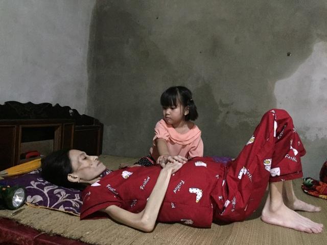 Đau đớn cảnh bé gái bịn rịn bên người mẹ thập tử nhất sinh - 1
