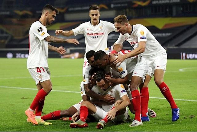 Sevilla thiết lập kỷ lục bất bại, Man Utd lo ngay ngáy - 1