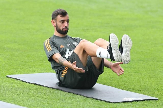 Pogba, Fernandes thoải mái phô diễn kỹ năng trên sân tập của Man Utd - 6