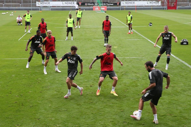 Pogba, Fernandes thoải mái phô diễn kỹ năng trên sân tập của Man Utd - 24