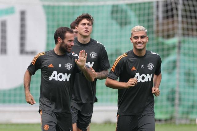 Pogba, Fernandes thoải mái phô diễn kỹ năng trên sân tập của Man Utd - 3